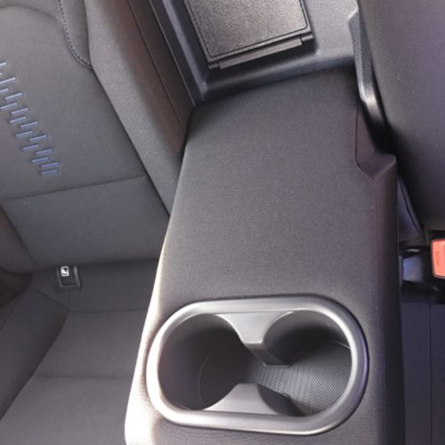 180716 Hyundai i30 opěrka mezi sedadly zadní detail