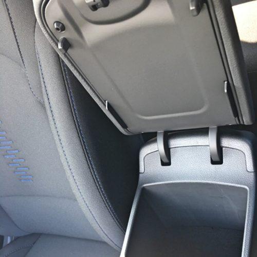 180716 Hyundai i30 schránka mezi sedadly detail