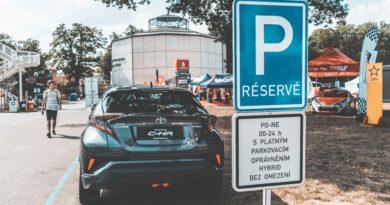 Hybridní vozy už parkují v Praze zdarma, zájem lidí roste