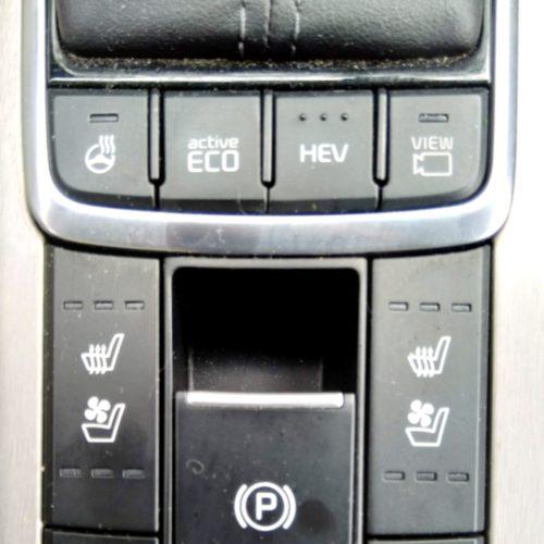 Kia Optima ovladače u řadicí páky detail