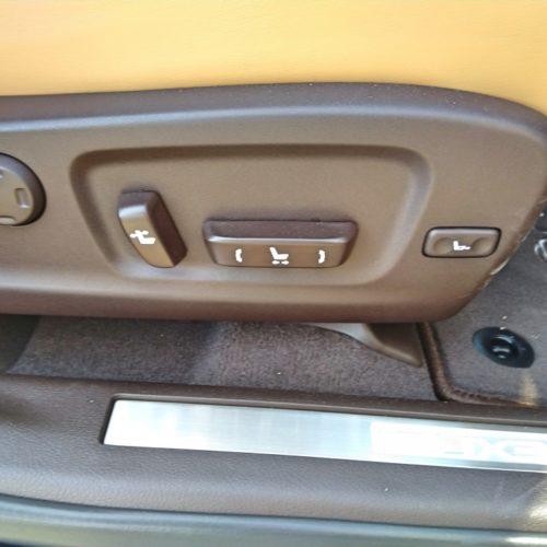 Lexus 450RhL přední sedadlo detail ovladani
