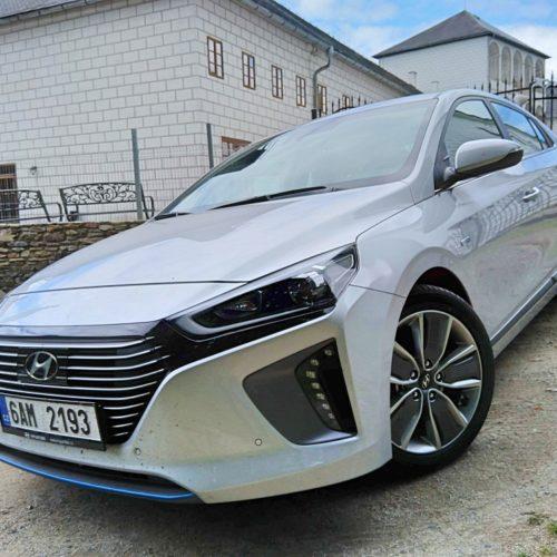 Hyundai Ioniq Hybrid zepředu bok 2