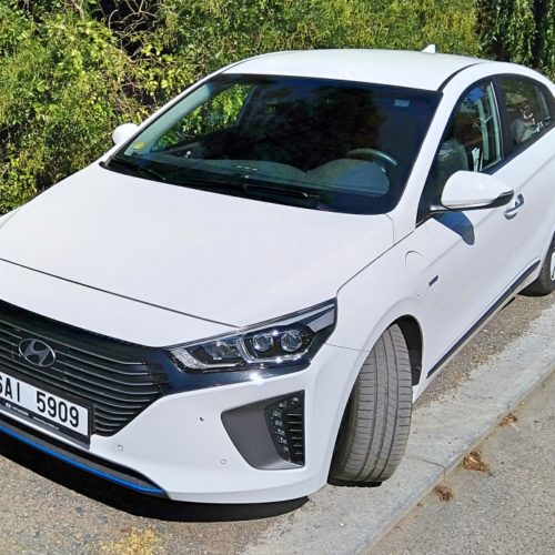 Hyundai Ioniq plug-in hybrid zepředu bok