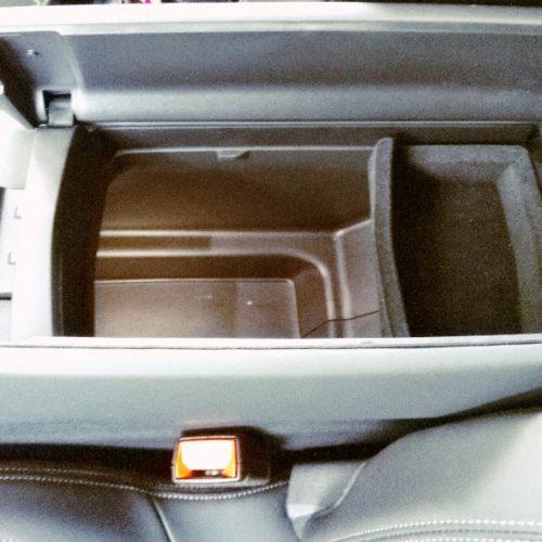 Peugeot 3008_schránka mezi předními sedadly